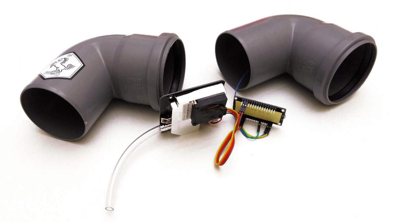 Bauteile des Feinstaubsensors: zwei HT-Rohre und etwas Elektronik.